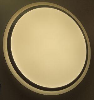 Egde plafondi lämmin valo päällä.
