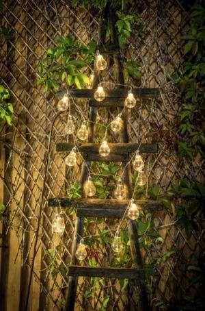 Kesä valosarja koristetikkailla.