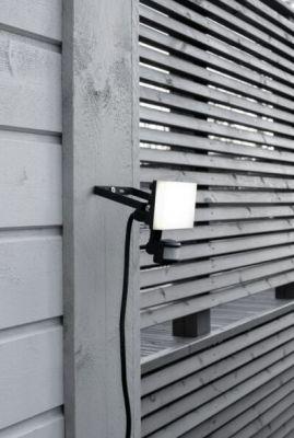 Led valonheittimessä on liitosjohto ja kätevä liiketunnistin.