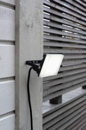 Led valonheitin 20W seinään kiinnitettynä.