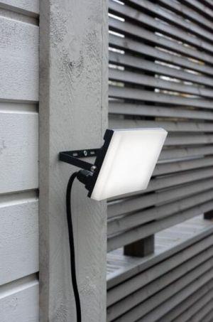 Led valonheitin 30W rakennuksen seinässä.