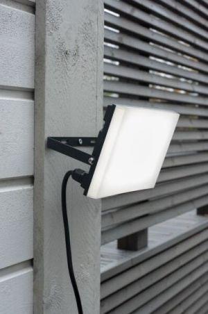 Led valonheitin 50W seinään kiinnitettynä.