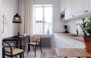 Musta Lucena riippuvalaisin riippuu keittiön pöydän yläpuolella.